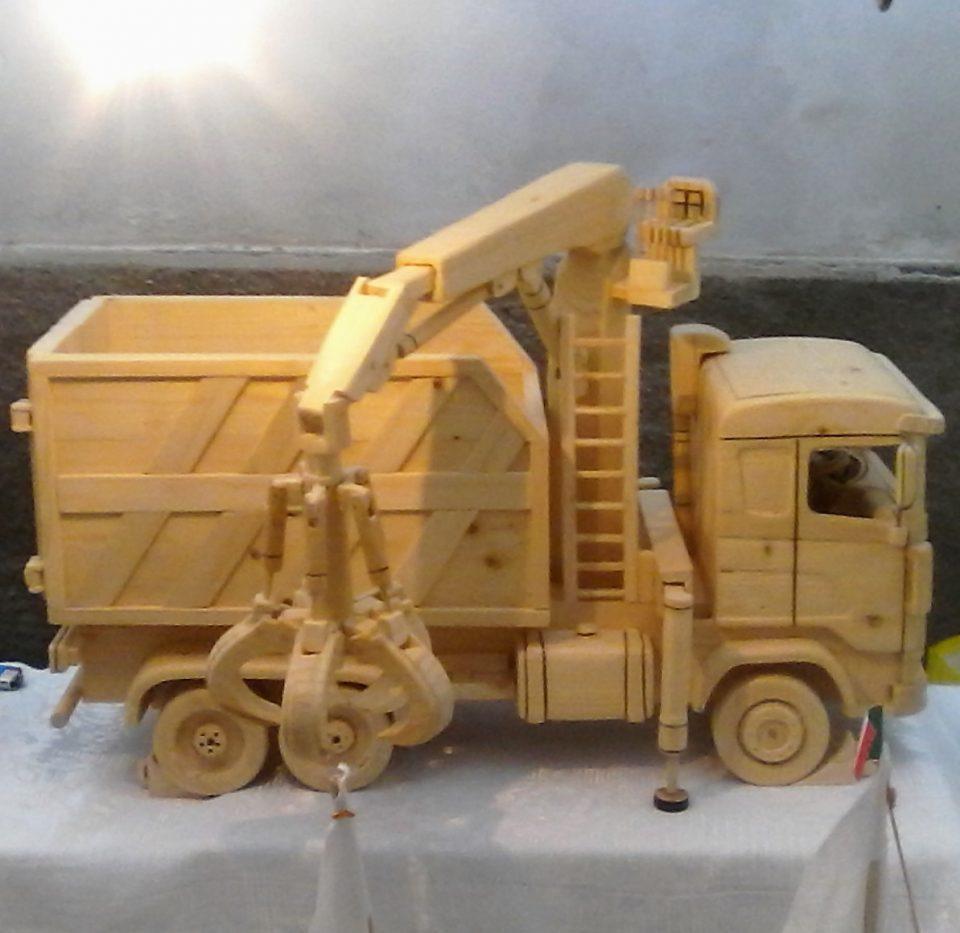 Riproduzione di un camion con il legno